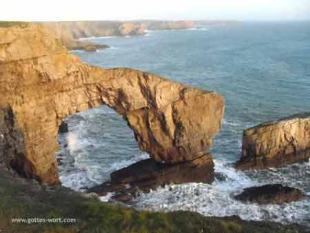 Grüne Brücke - am Pembrokeshire Küsten Wanderweg, Wales, UK