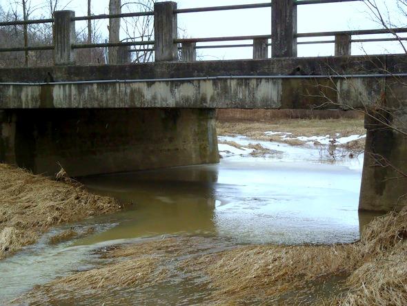 Brücke mit Schnee-Wasser-Ablauf, Ontario, Kanada