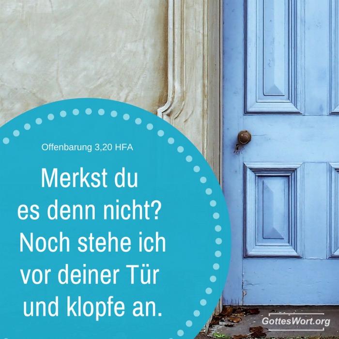Eine blaue geschlossene Tür und das Schild: Merkst du es denn nicht? Noch stehe ich vor deiner Tür und klopfe an. Offenbarung 3,20