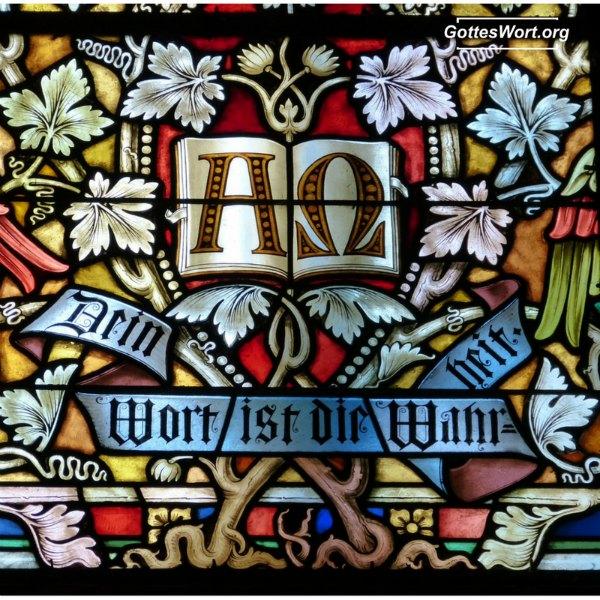 """Einer der vielen Namen, """"Alpha und Omega"""", das A und O Gottes, am Kirchenfenster. Weiter lesen: https://www.gottes-wort.com/alpha-und-omega.html"""