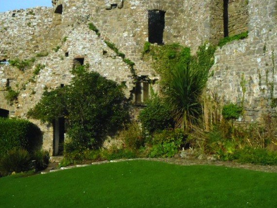 Innenhof der Burg Manorbier, Wales, UK